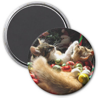 Cute Christmas Kittens in Love on Xmas Eve 7.5 Cm Round Magnet