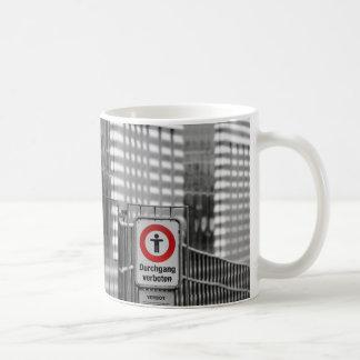 Durchgang verboten basic white mug