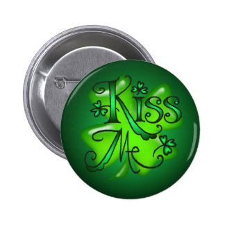 KISS ME SHAMROCKS by SHARON SHARPE 6 Cm Round Badge